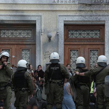 Επέμβαση της αστυνομίας στο Οικονομικό Πανεπιστήμιο (ΑΣΟΕΕ) μετά απο παρέμβαση φοιτητών που δεν επιθυμούν την αναστολή της λειουργείας της σχολής έως τον εορτασμό της Επετείου του Πολυτεχνείου,στην Αθήνα, στις 11 Νοεμβρίου, 2019